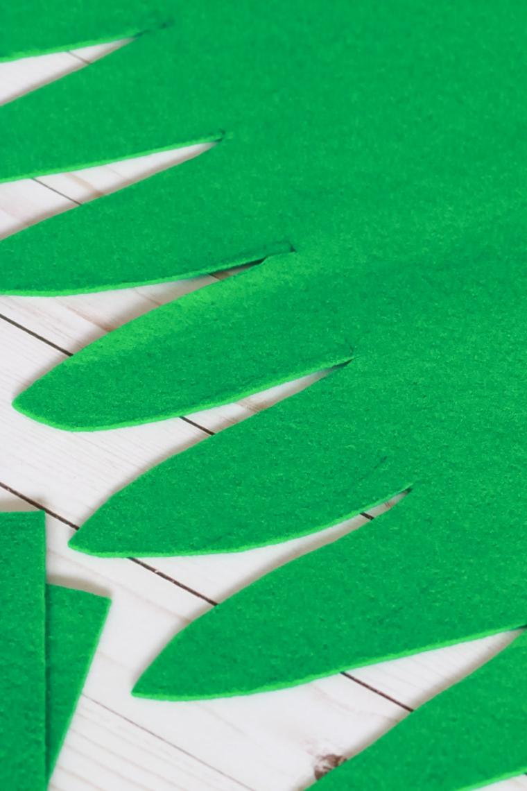 Il ritaglio delle foglie dell'ananas, feltro di colore verde per il costume di Halloween