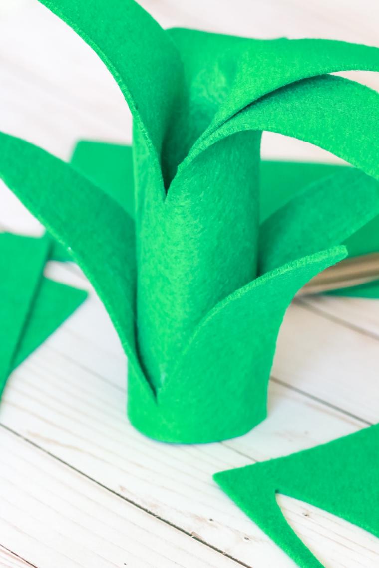 Tutorial come incollare le foglie dell'ananas, feltro di colore verde come decorazione del costume di Halloween