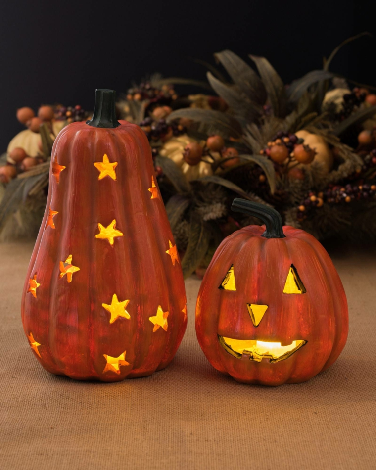 Intagliare zucca di Halloween con candele all'interno come Jack O' Lantern