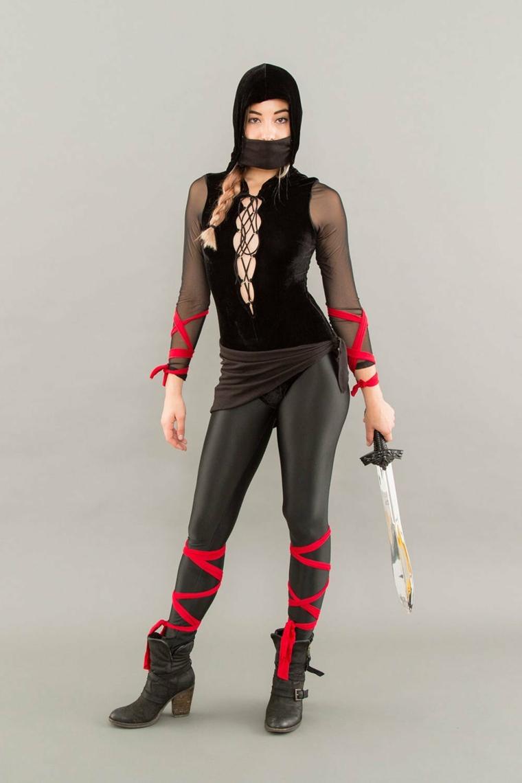 Travestimenti Halloween e un'idea di abbigliamento ragazza come ninja con pantalone di pelle