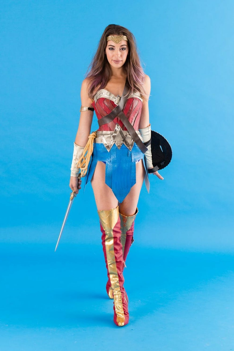 Vestiti Halloween bambina e un'idea con un costume di Wonder Woman