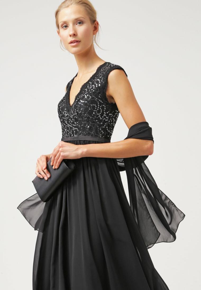 Vestiti lunghi eleganti e proposta con un abito di colore nero e tulle
