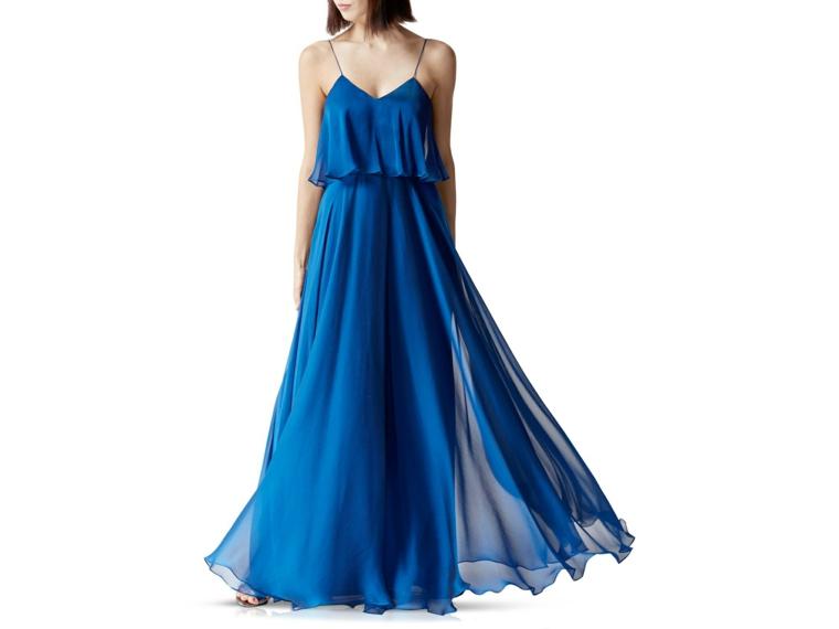 Donna con un vestito fluido da cerimonia, abito di colore blu con tulle leggero