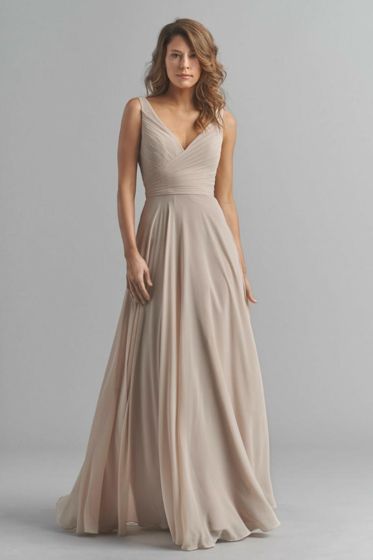Vestiti lunghi estivi e una proposta con un abito plissettato e scollatura a V
