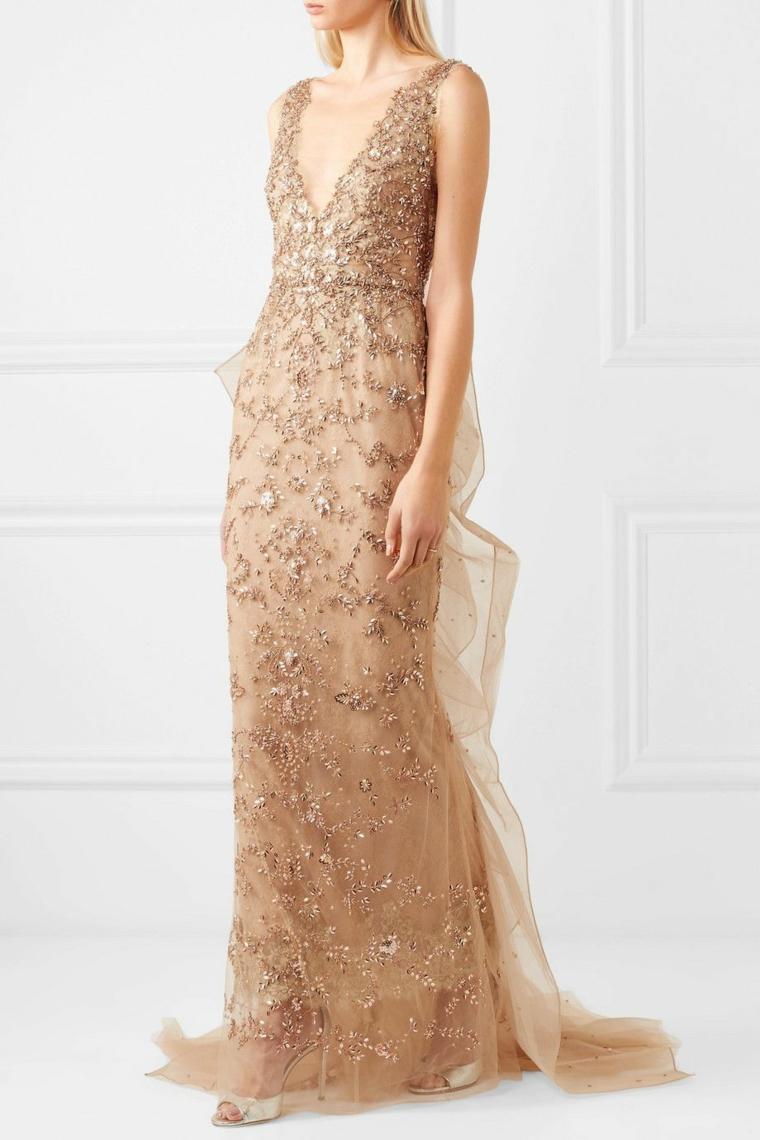 Vestiti firmati e un'idea abbigliamento elegante con un abito e dettagli preziosi