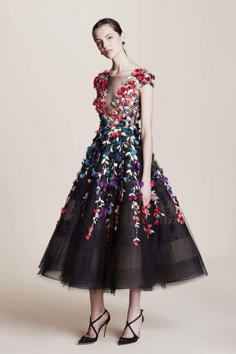 Idea abbigliamento elegante per una cerimonia con un vestito nero stampa floreale