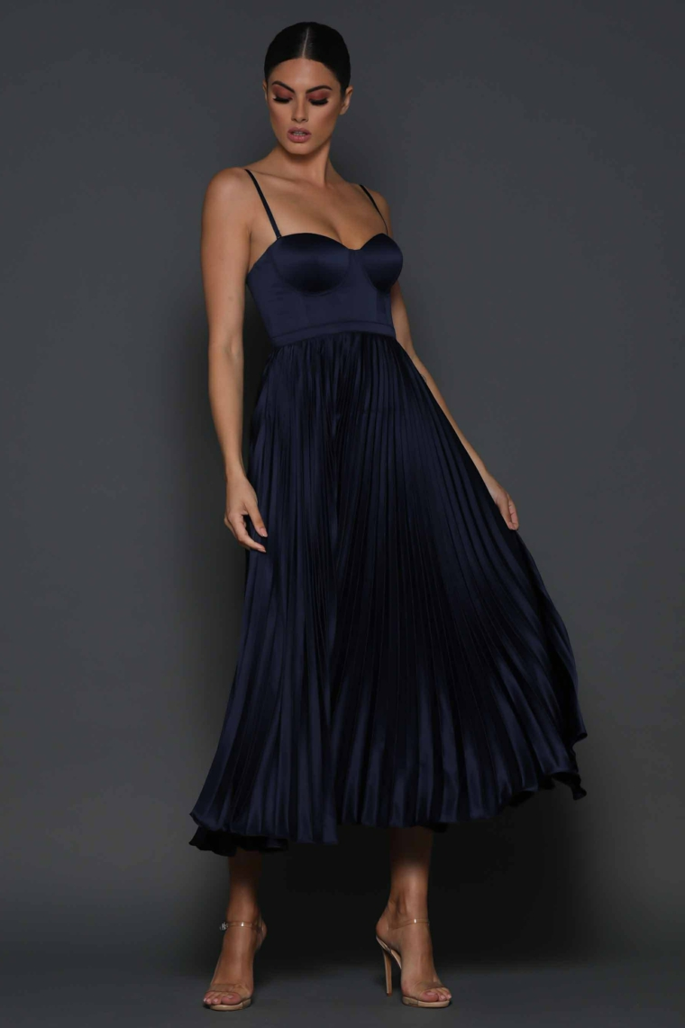 Vestiti lunghi estivi e una proposta con abito da cerimonia colore nero plissettato