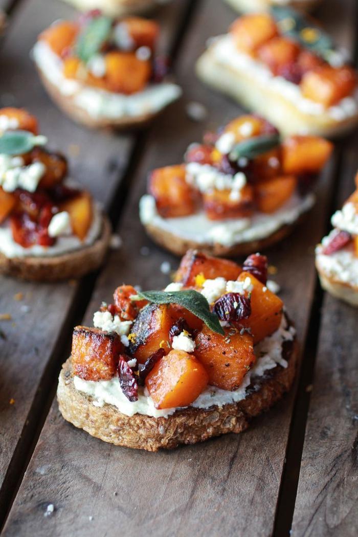 Finger food veloci e bruschette di pane integrale di gorgonzola e zucca a dadini