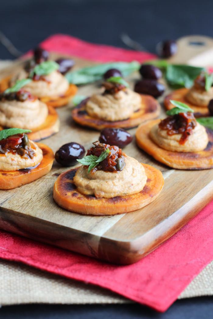 Finger food vegetariani e un'idea con delle fette di patate dolci e mousse di peperoni