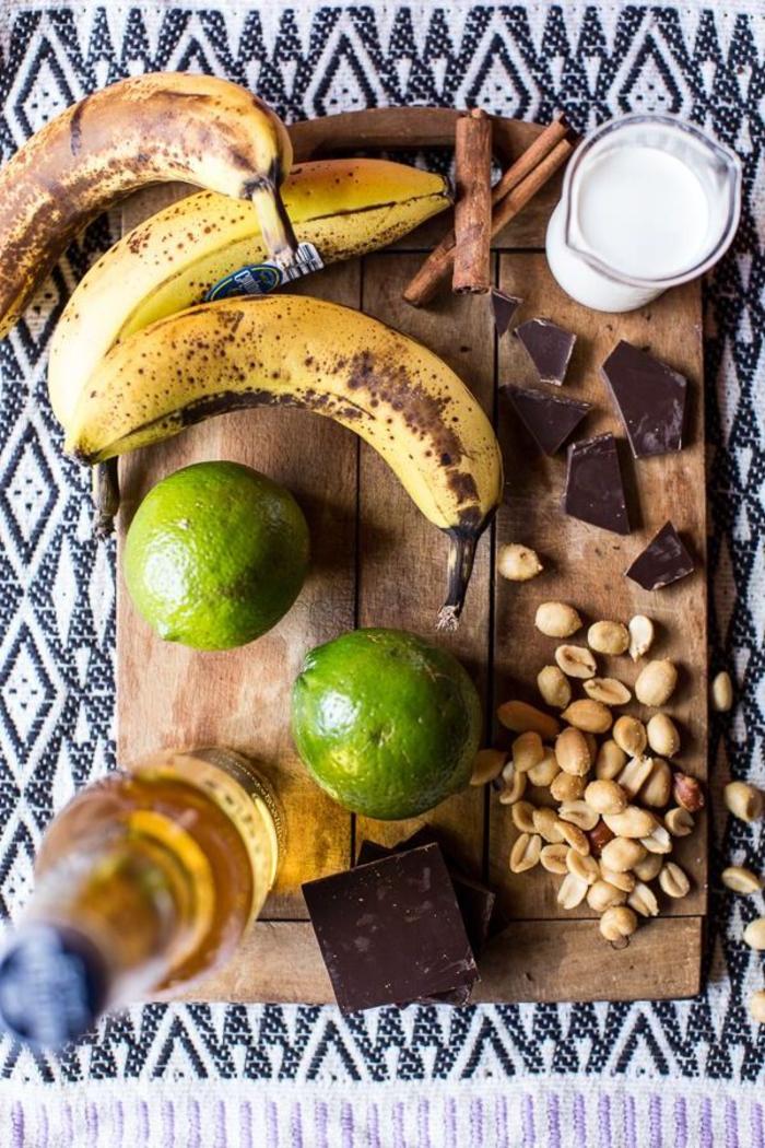 Stuzzichini salati vegan e gli ingredienti per preparare dei spiedini di banana