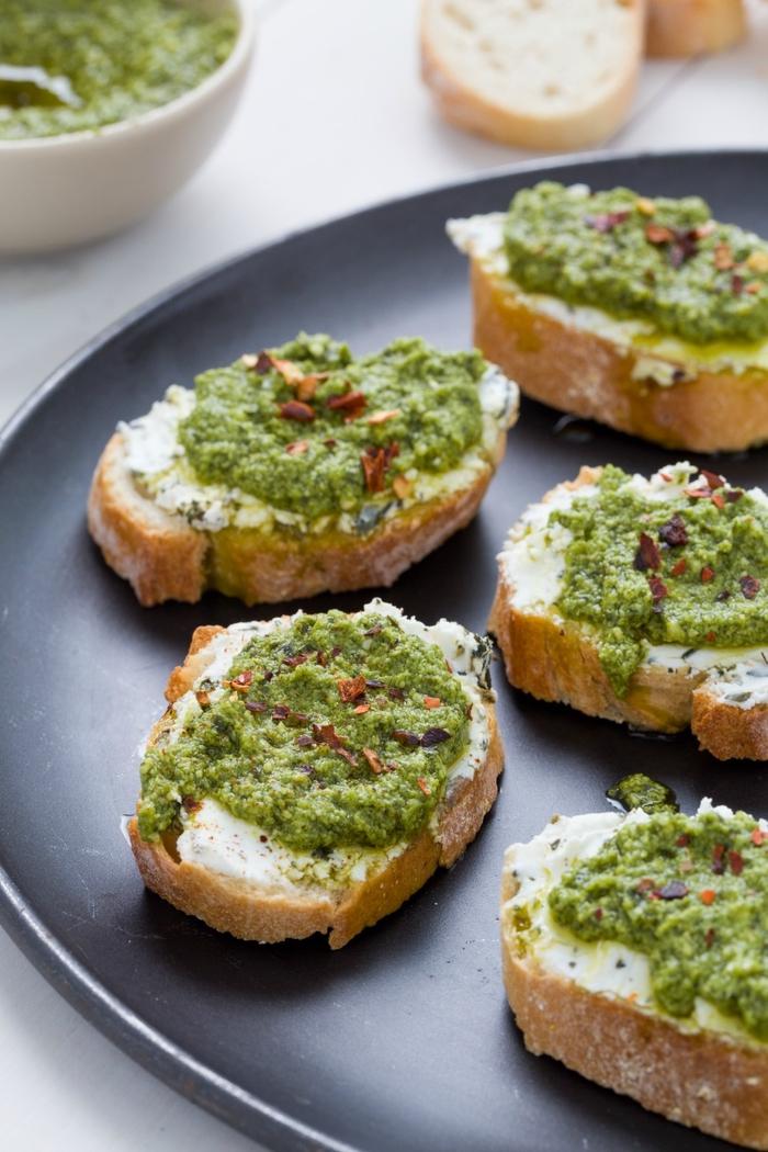 Finger food vegetariani e bruschette di pane con ricotta e pesto di basilico