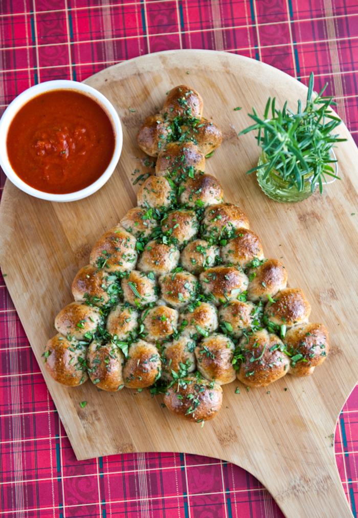 Un'idea per l'aperitivo di Natale con panini e salsa di pomodoro marinara