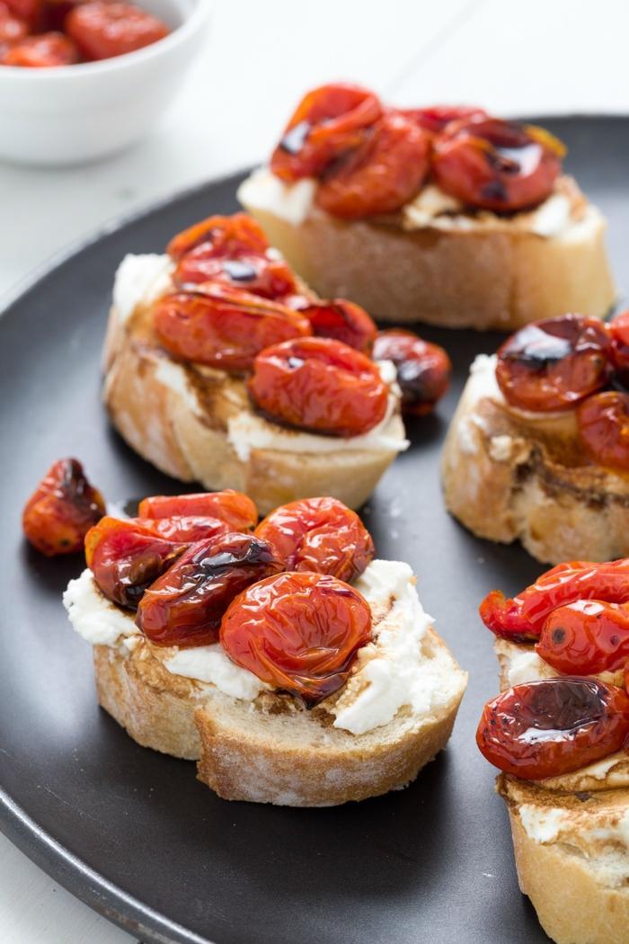 Stuzzichini salati vegan e un'idea con delle bruschette di pane con pomodori grigliati