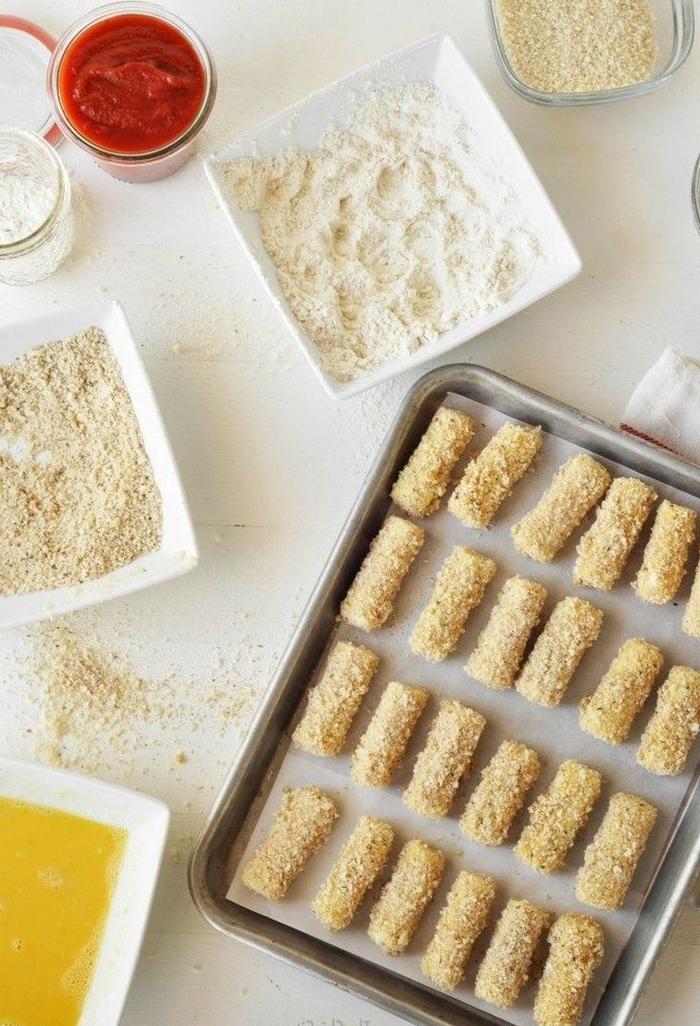 Finger fodd veloci con dei bastoncini di mozzarella impannati con pangrattato e uovo