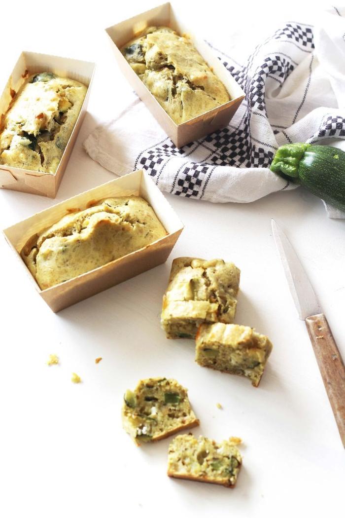 Stuzzichini salati vegan con dei panini preparati con una zucchina tagliata a dadini