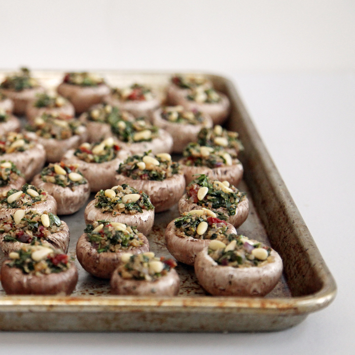 Finger food veloci e un'idea con dei funghi champignons con un ripieno di riso nero