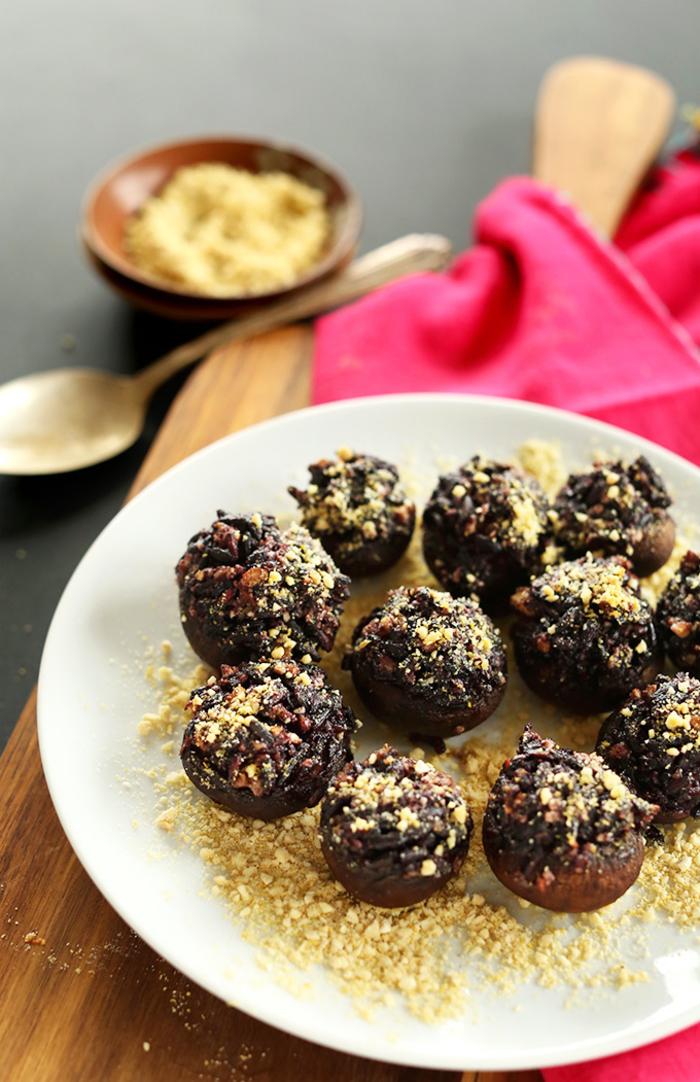 Antipasti vegani e un'idea con dei funghi ripieni di riso nero