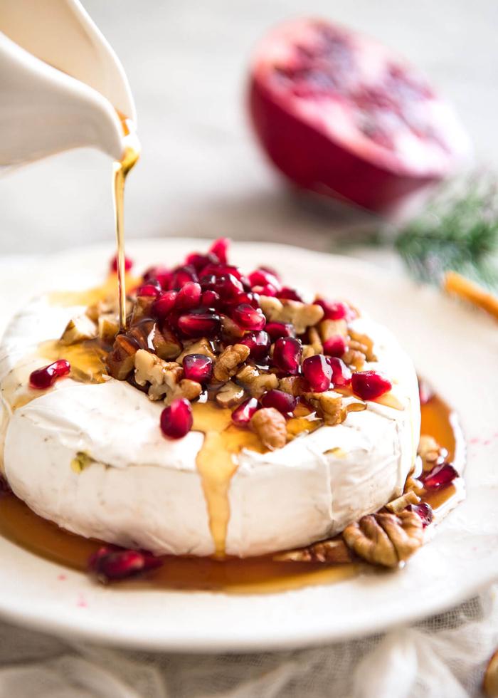 Antipasti vegani e un'idea con del formaggio brie sciroppato con miele e semi di melograno