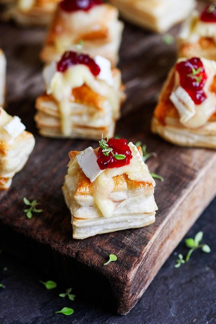 Stuzzichini salati vegan con dei piccoli panini di pasta sfoglia con formaggio sopra