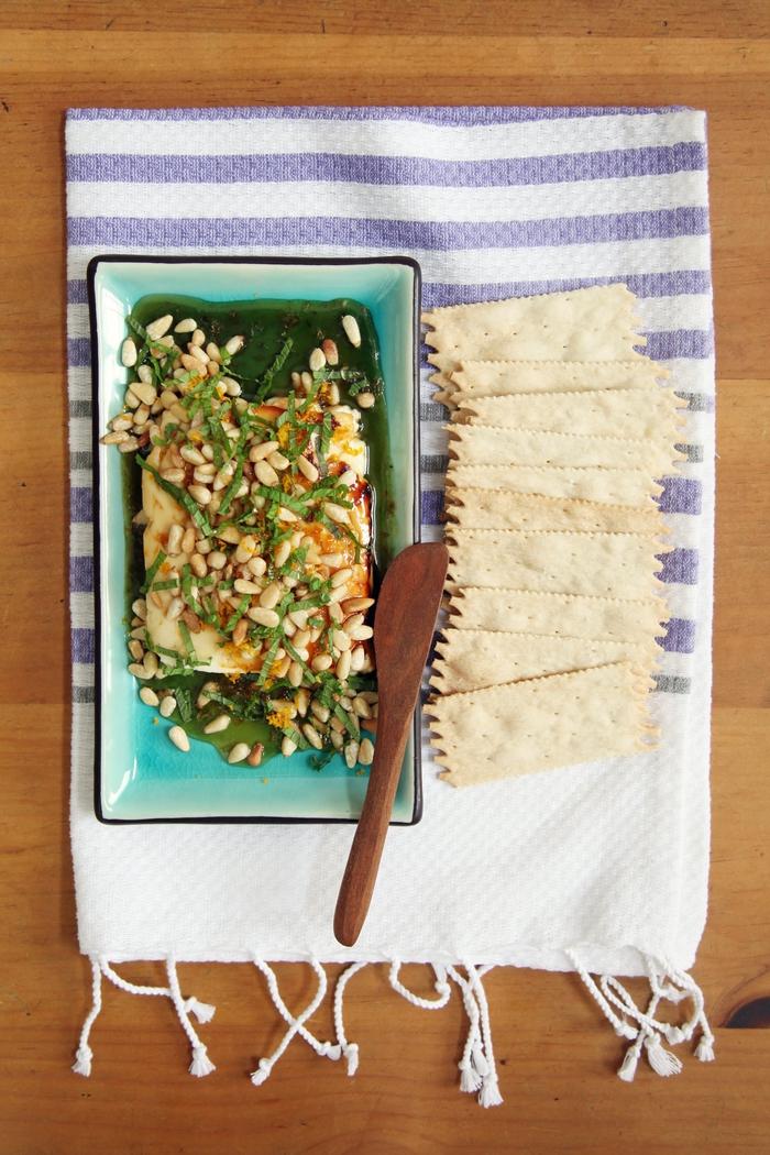 Un'idea per la cena con un aperitivo e formaggio e con pinoli e scorza d'arancia