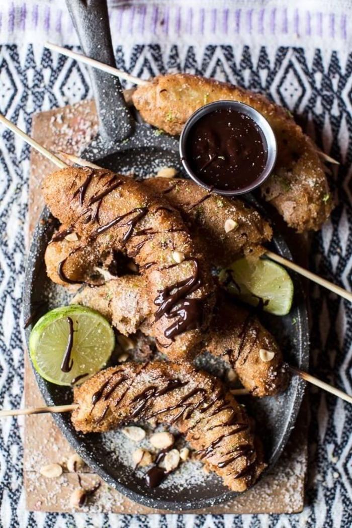 Antipasti veloci vegetariani con dei spiedini di banana e una salsa al cioccolato messicano
