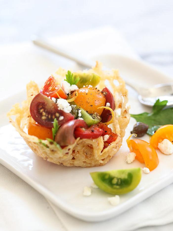 Antipasti veloci vegetariani con dei cestini di parmigiano grattugiato e pomodorini tagliati a metà