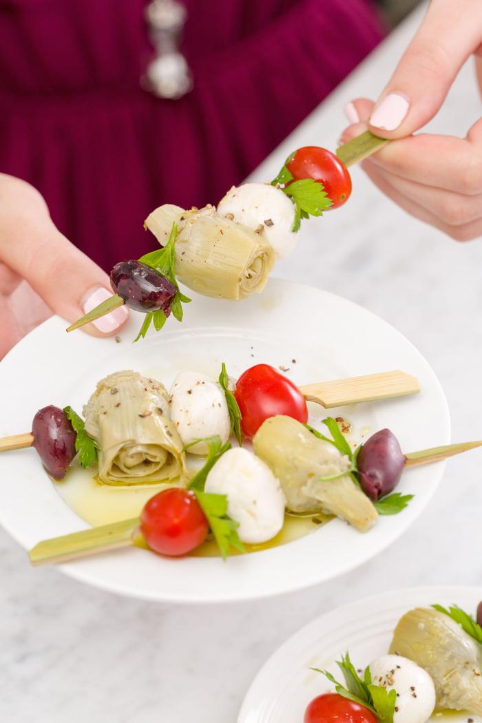 Antipasti vegetariani e un'idea con spiedini di verdure e mozzarelle piccole