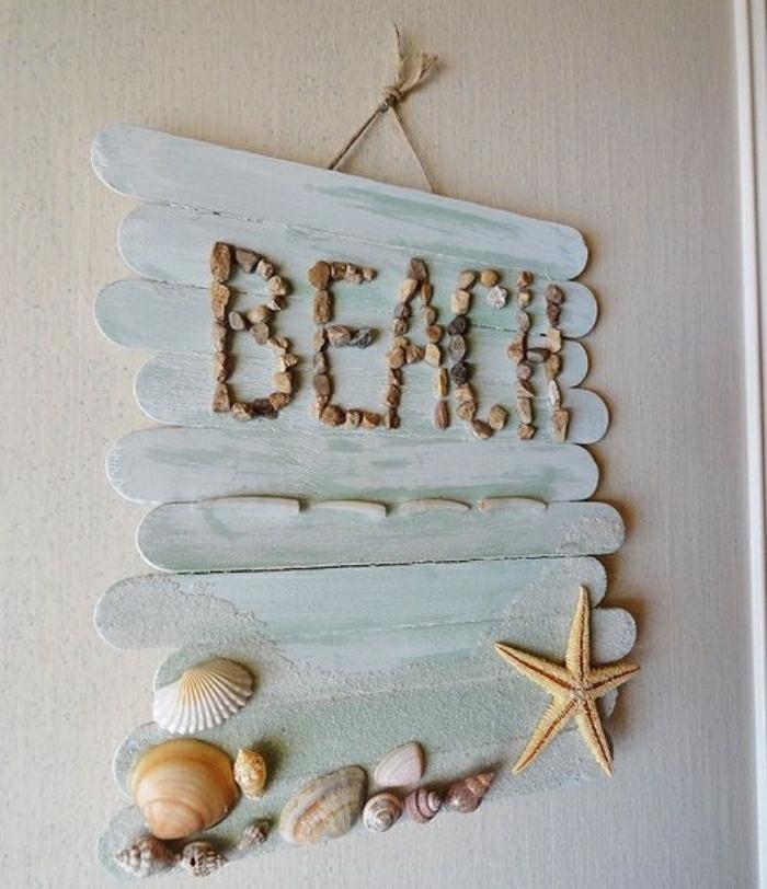 Idee lavoro creativo con dei stecchini di legno e scritta con piccoli sassolini