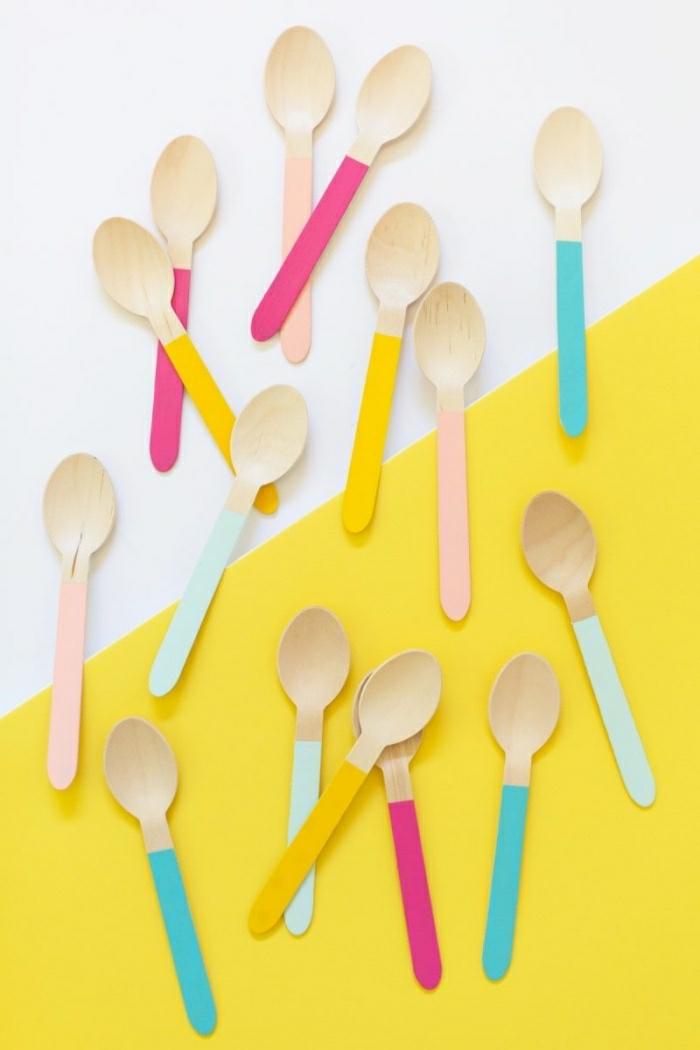 Cucchiai di legno con manici colorati di diverso colore