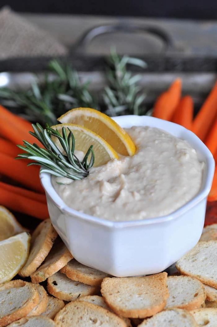 Finger food veloci e un'idea con delle verdure tagliate a julienne e piccole bruschette in salsa bianca