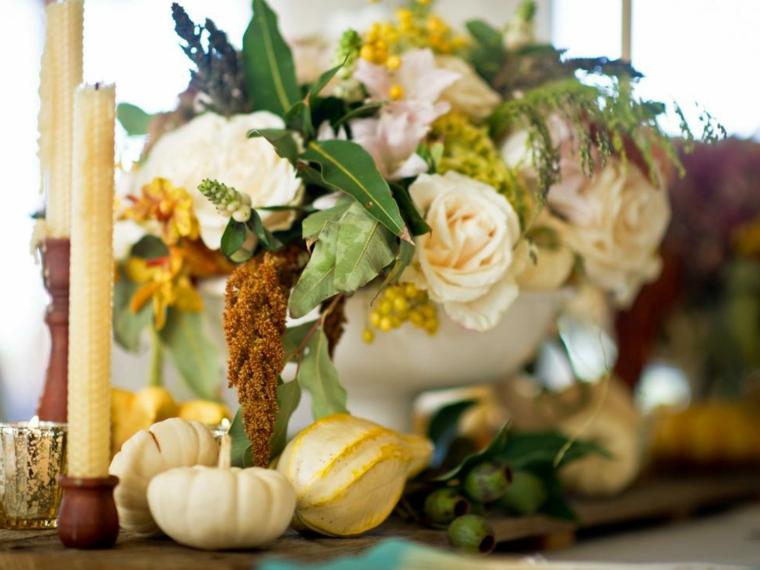 Paesaggi autunnali e un'idea per la decorazione del tavolo con un centrotavola con zucche e candele