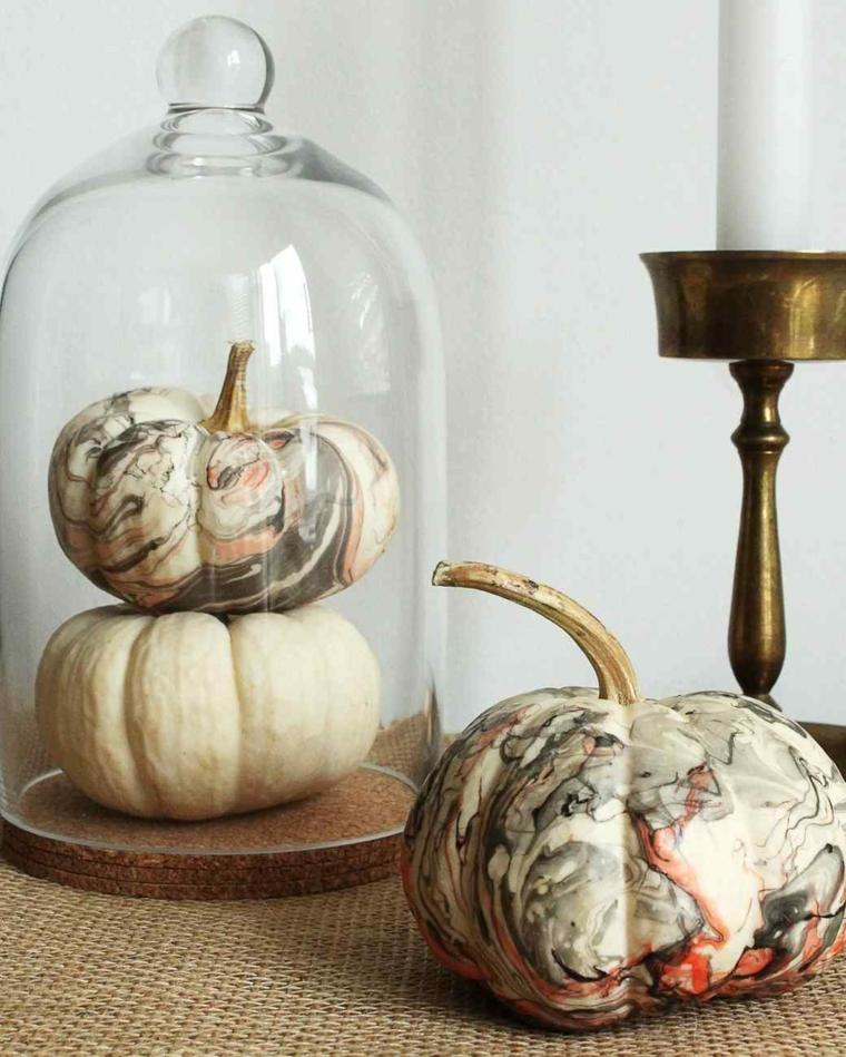 Zucche di Halloween decorate con un effetto marmo, idea per centrotavola autunnale