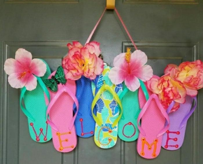 Vecchie ciabatte utilizzate per decorare la porta d'ingresso con la scritta welcome