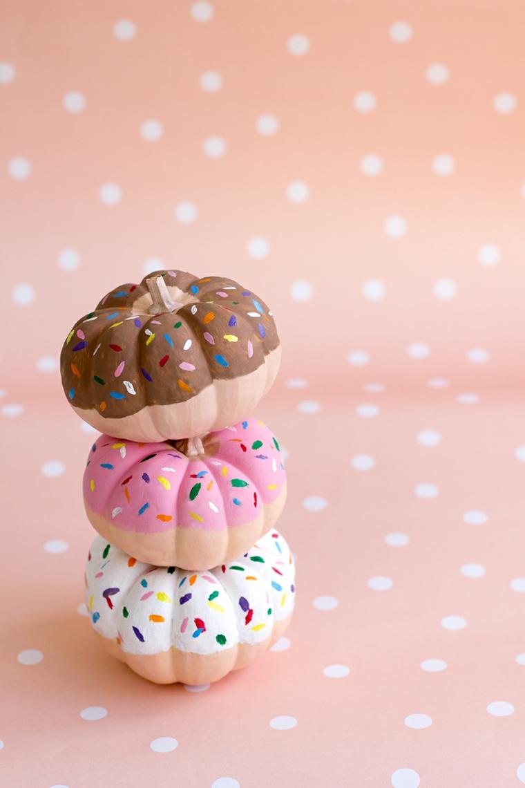 Zucche ornamentali di plastica dipinte come ciambelle, decorazione per Halloween