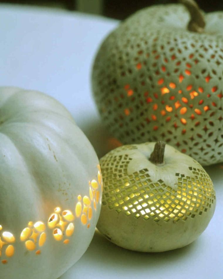 Intagliare zucca di Halloween, decorare con il tavolo con lanterne festive