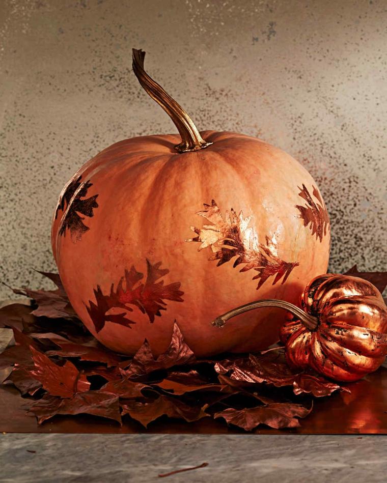 Disegno zucca Halloween, decorazione con foglie di rame su zucche come centrotavola