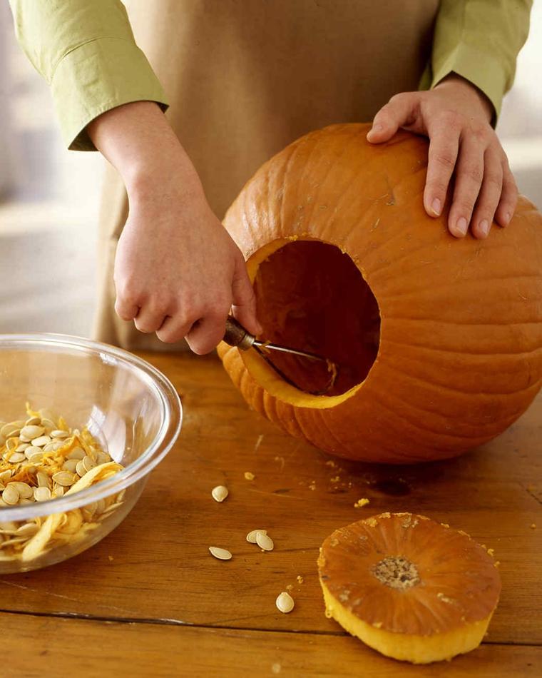 Intagliare zucca di halloween, svuotare e togliere la polpa all'interno