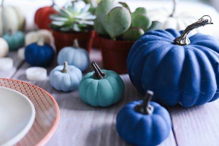Foto zucche halloween, zucca grande verniciata di colore blu