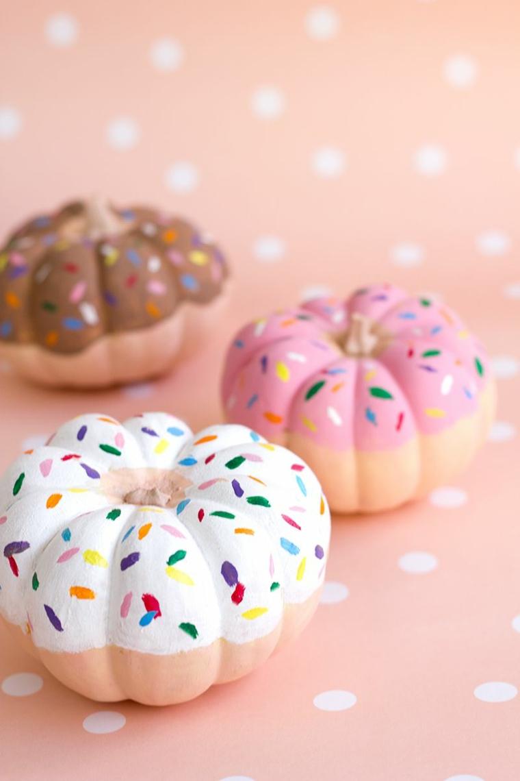 Piccole zucche decorate e verniciate come delle ciambelle di Halloween
