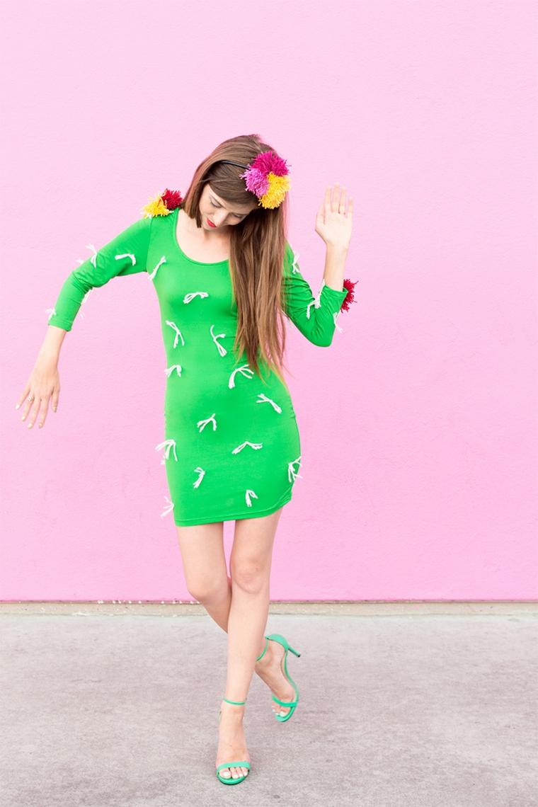 Come vestirsi ad Halloween, ragazza travestita come un cactus con vestito verde e pom pom di filo di lana