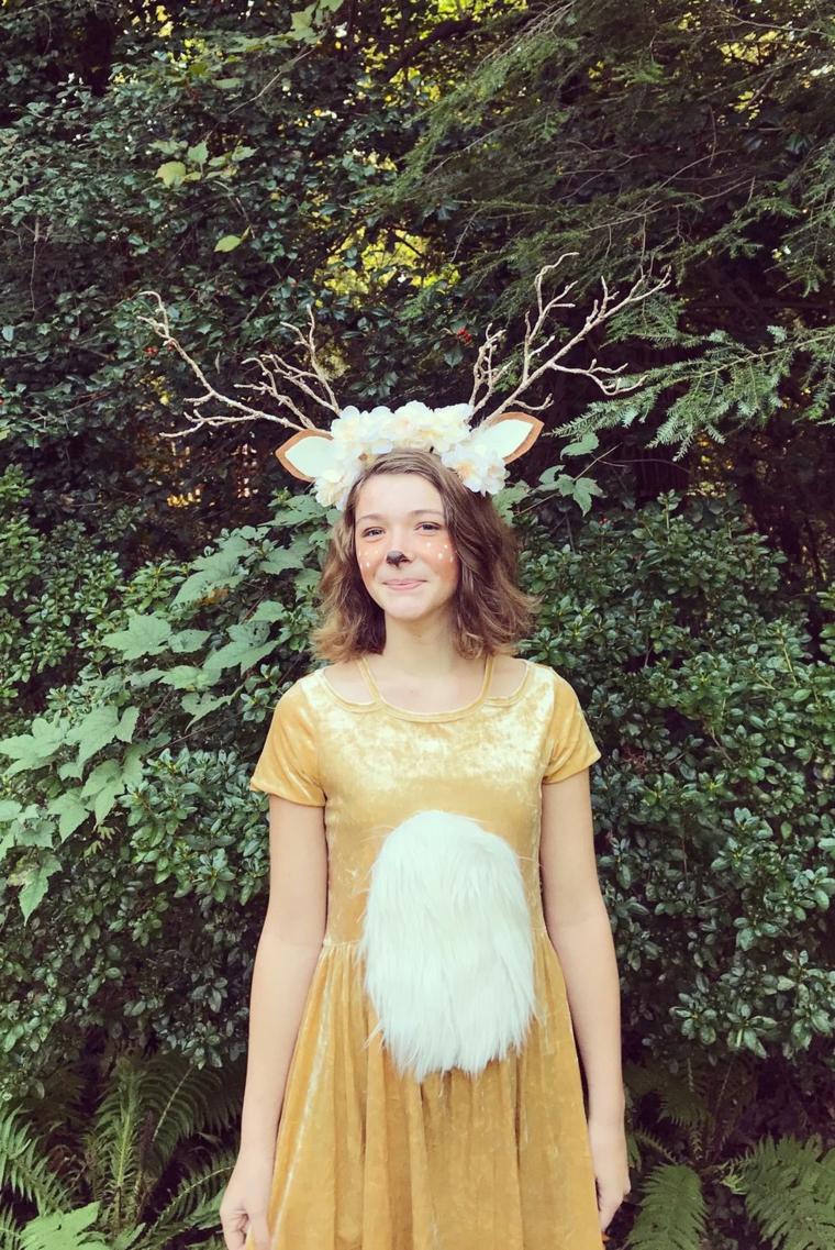 Un'idea per costume di Halloween come un cervo dolce con trucco e accessori per la testa