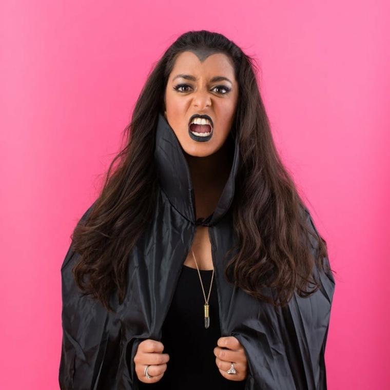 Vestiti Halloween fai da te, ragazza con un costume da vampiro con mantello nero e rossetto