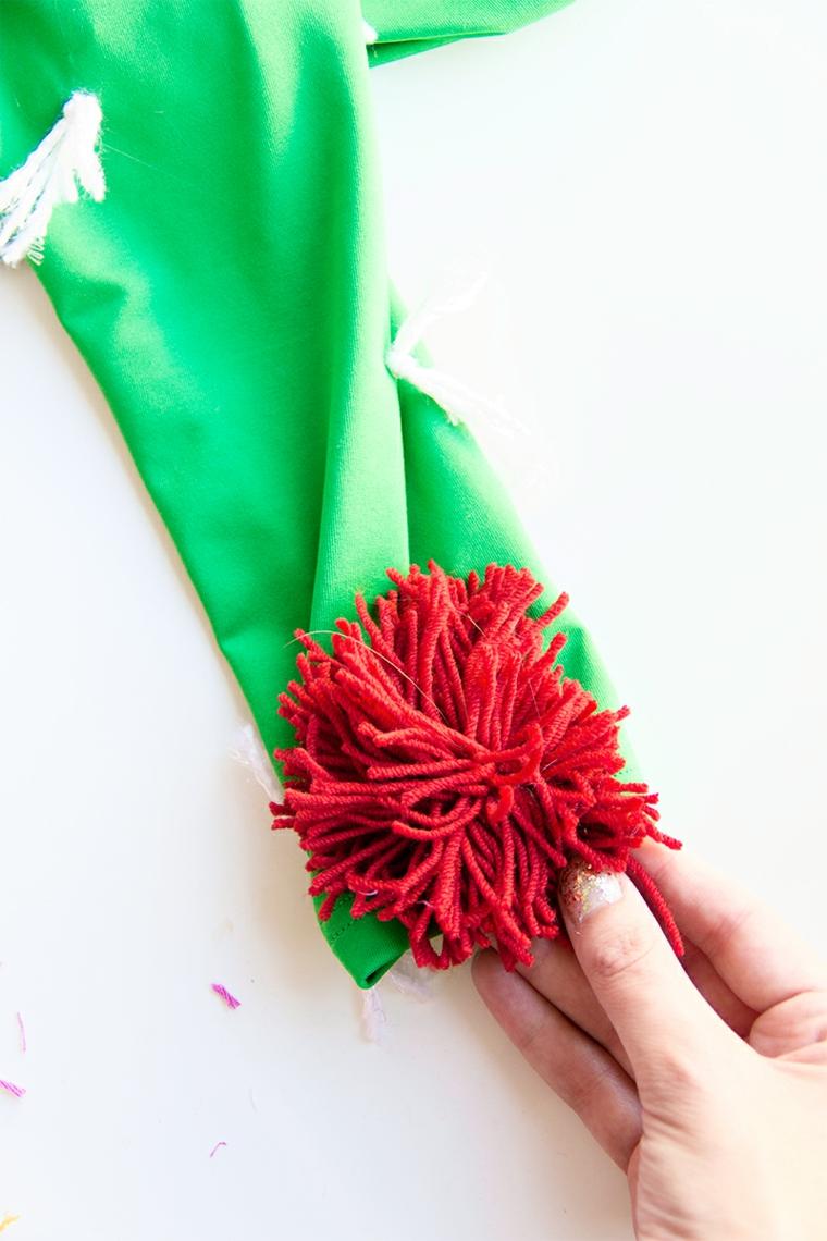 Come vestirsi ad Halloween, idea travestimento da cactus con abito verde e decorazioni con pom pom