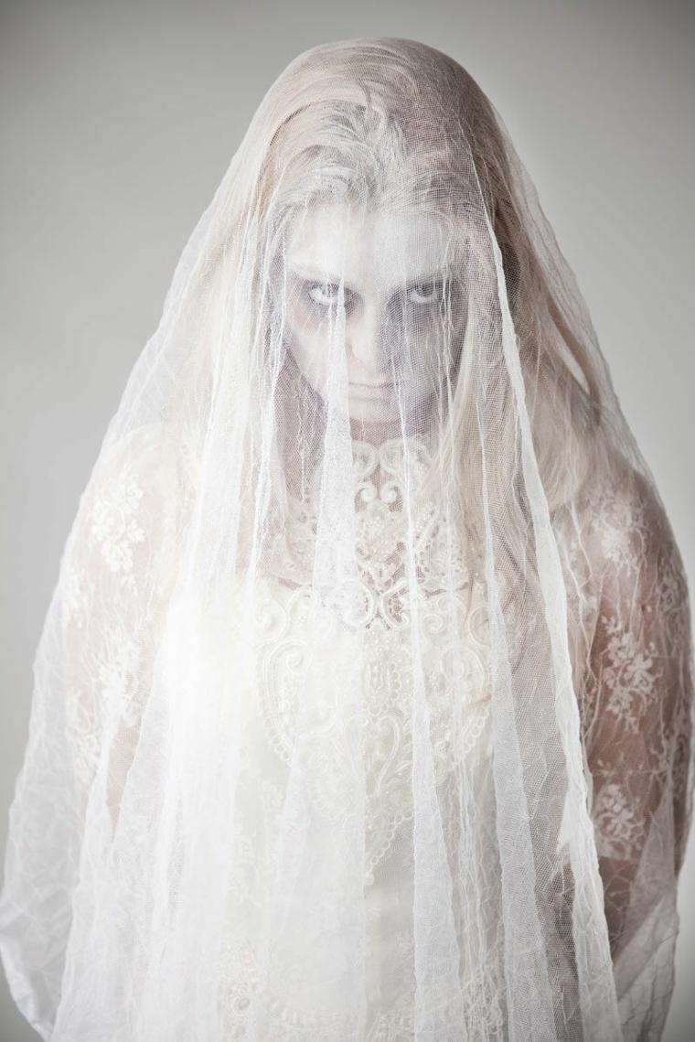 Come vestirsi ad Halloween, un'idea con costume da sposa zombie con u velo di pizzo bianco