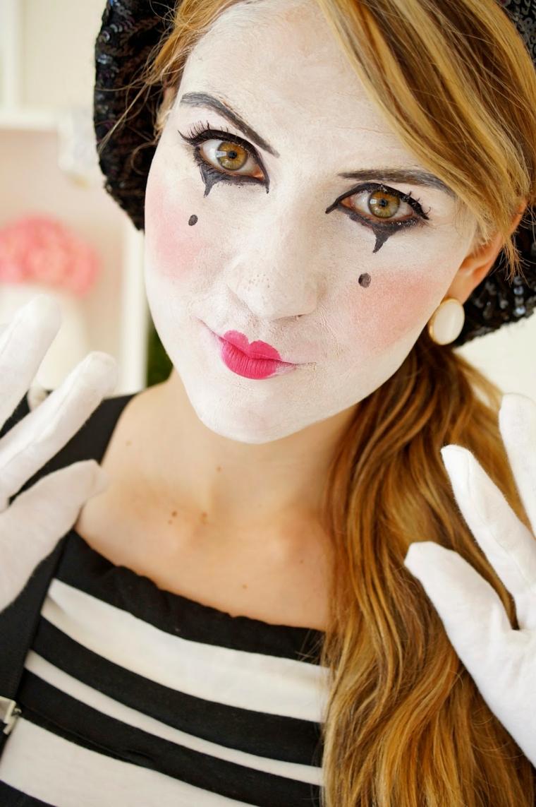 Travestimenti Halloween di una ragazza con un trucco come mimo e guanti bianchi