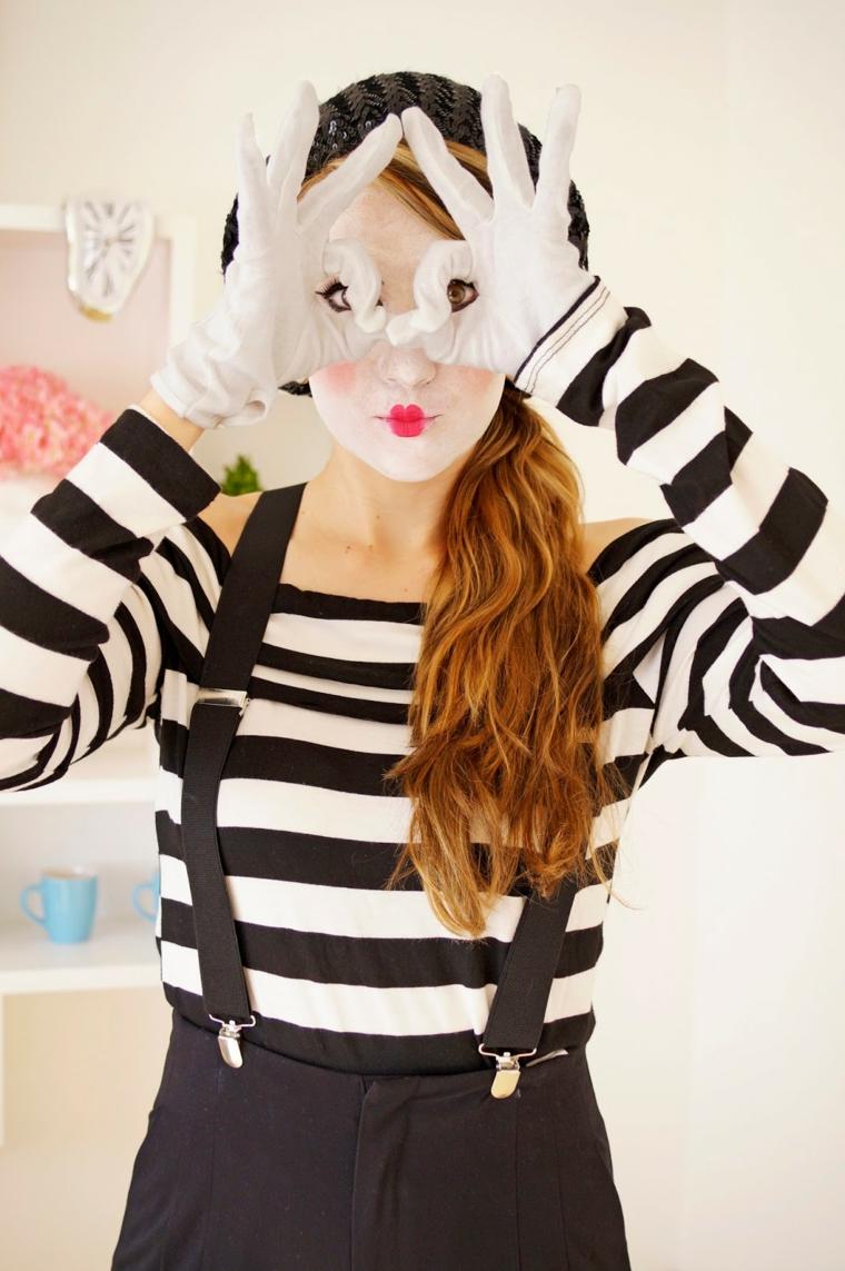 Vestiti Halloween fai da te di una ragazza travestita da un mimo con guanti bianchi e trucco