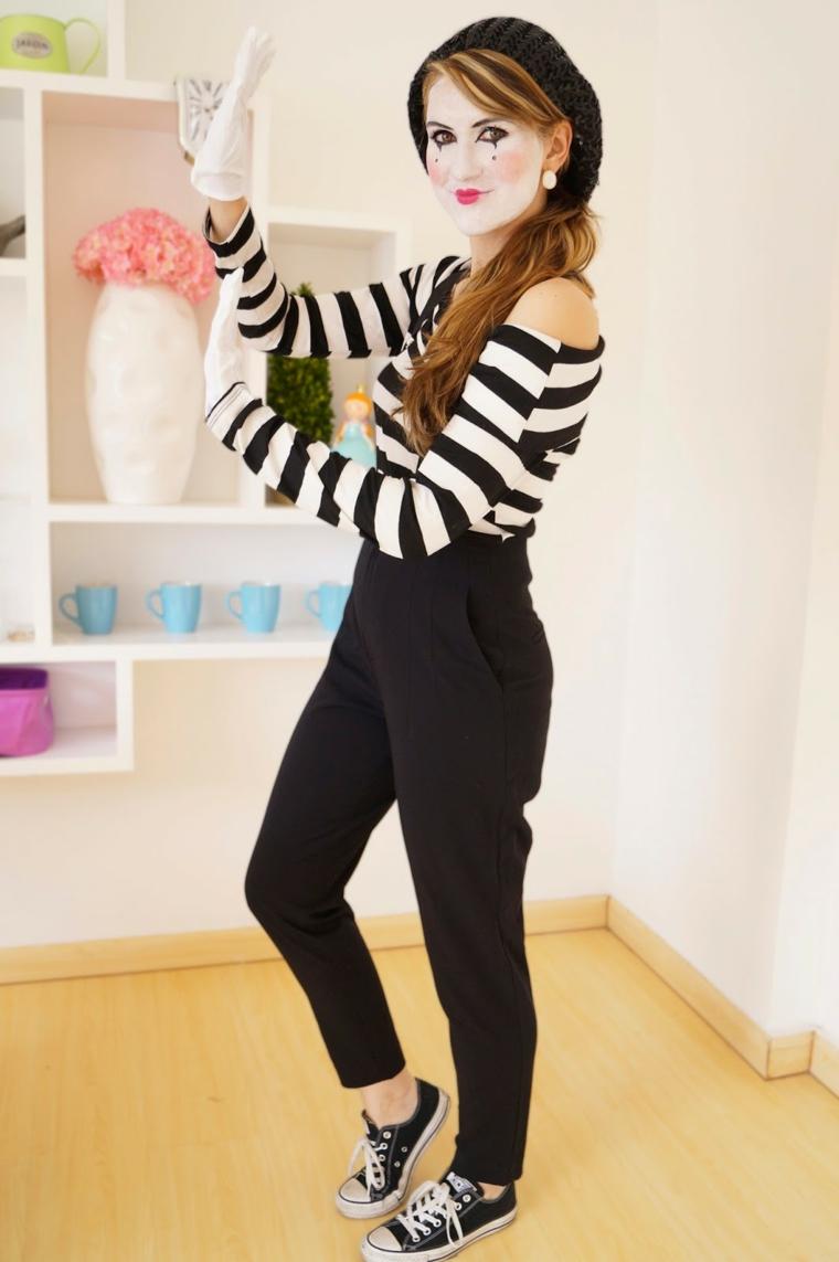 Come vestirsi ad Halloween, una ragazza travestita come un mimo con pantalone nero e maglietta a strisce