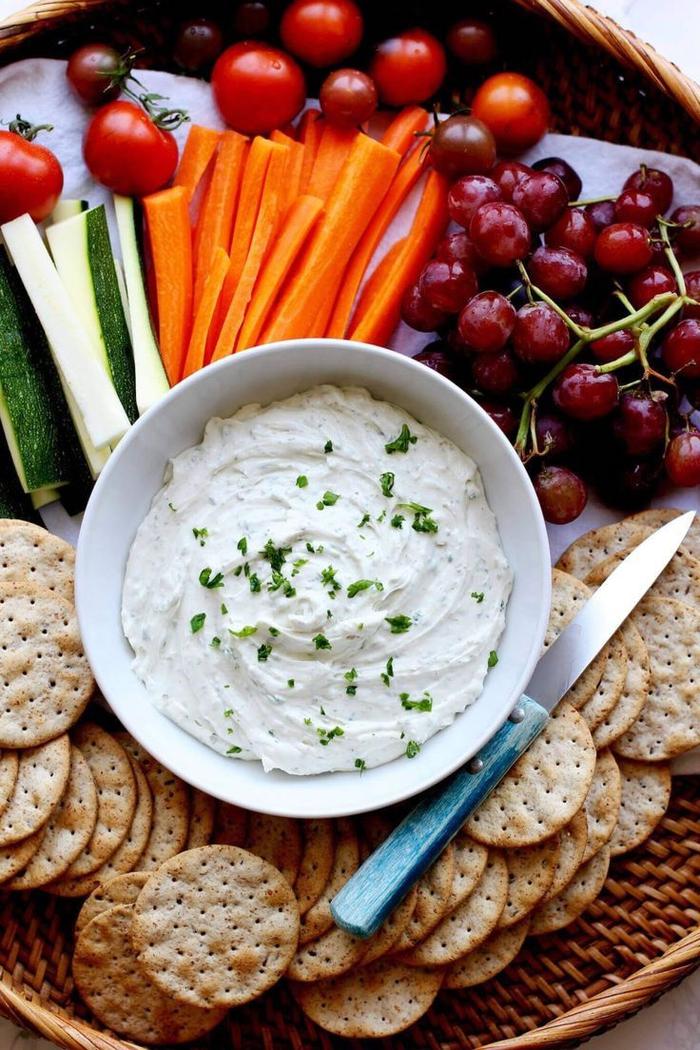 Finger fodd vegetariani e un'idea con verdure tagliate a julienne e mousse bianca