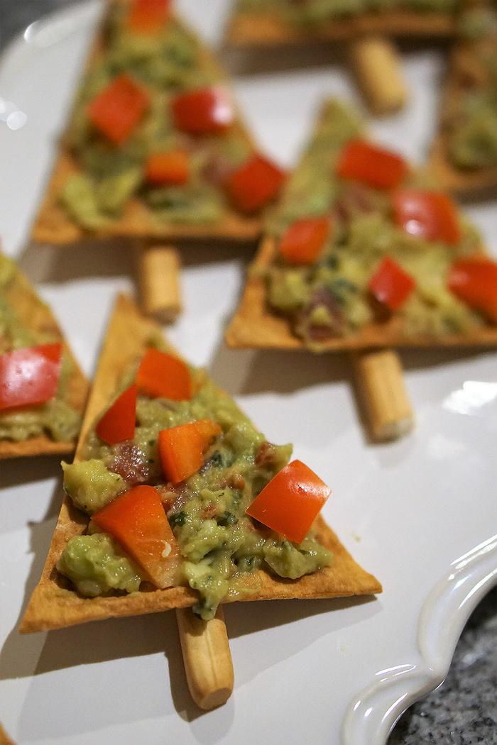 Aperitivo vegetariano e un'idea natalizia con dei crackers e guacamole con pezzettini di peperone