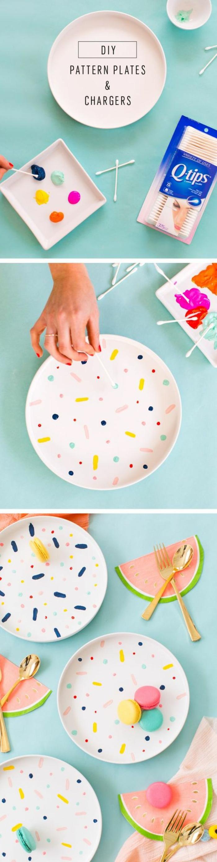 Decorare un piatto bianco con della vernice di diverso e cotton fioc